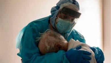 el-medico-de-la-foto-viral-con-un-paciente-cuenta-lo-que-ocurrio