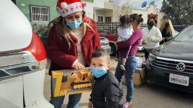 Santa-Bus-2020-continúa-entregando-juguetes-en-colonias-de-Tecate
