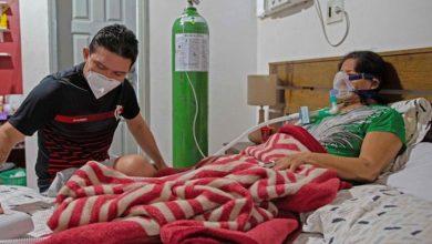 Médico-atiende-en-casa-a-su-mamá-con-Covid-ante-hospitales-saturados