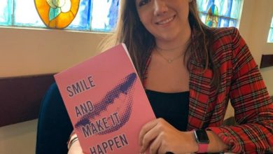 Escritora Lucia Fiore con su libro Smile and Make it Happen
