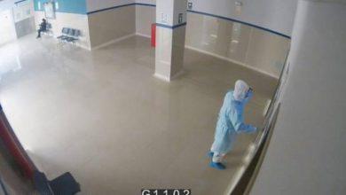 VIDEO-Se-disfraza-de-médico-para-ver-a-su-papá-lo-halla-muerto