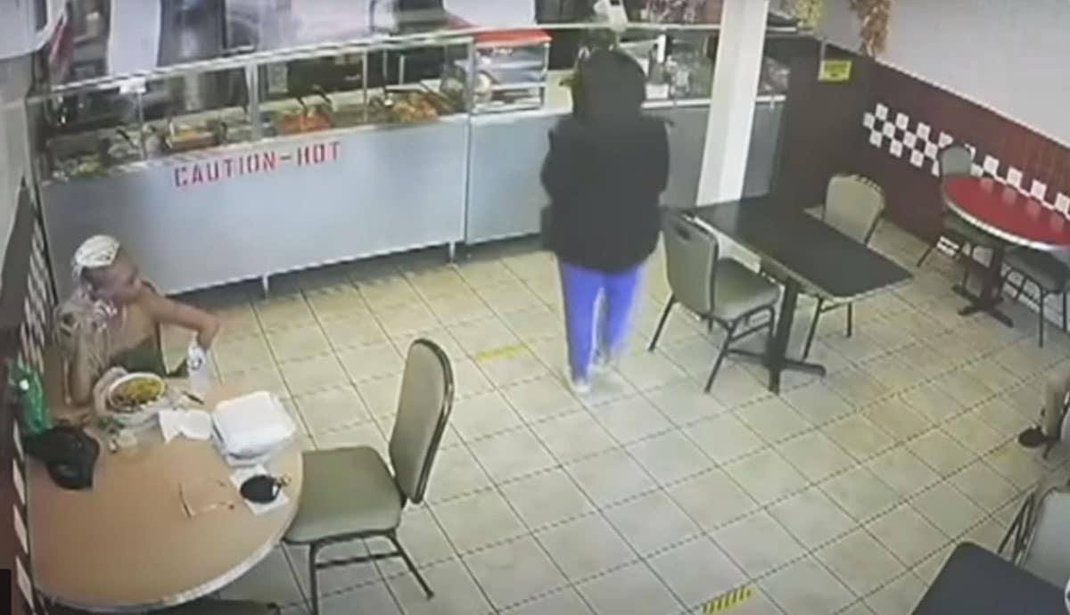 VIDEO-Adolescente-abandona-a-su-bebita-en-restaurante
