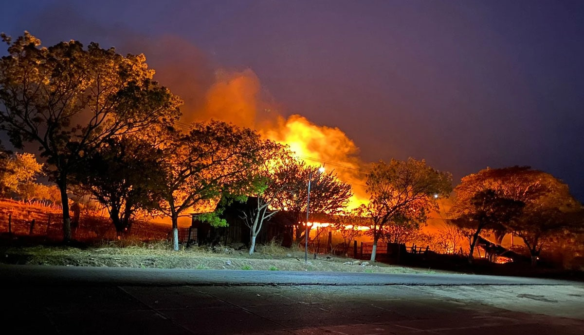 Cártel-quema-casas-diario-incomunica-a-la-población