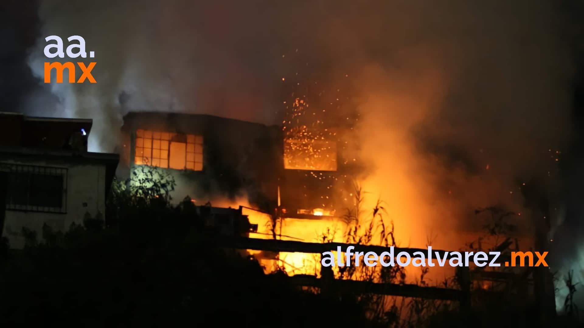 fuerte-incendio-moviliza-tres-estaciones-de-bomberos