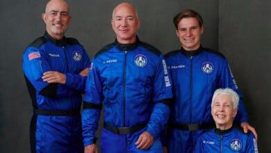 Jeff-Bezos-dueno-de-Amazon-regresa-del-espacio