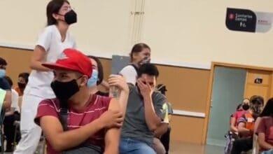 Joven- reacciona-a-gritos-vacuna-y-se-viraliza