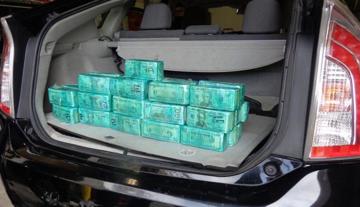 Detienen-a-mujer-con-más-de-400-mil-dólares-en-su-auto