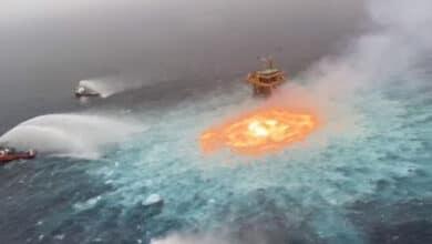 VIDEO-Fuerte-incendio-amenaza-plataforma-petrolera
