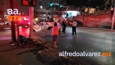 Taxista-invade-carril-choca-auto-sedan